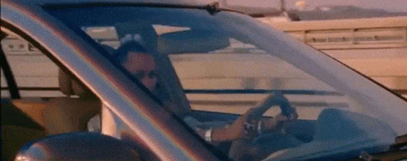 Майлі Сайрус у новому кліпі втікала від поліції Дарницьким мостом у Києві