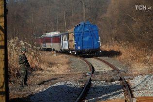 Из Южной Кореи в КНДР отправился первый за десятилетие поезд
