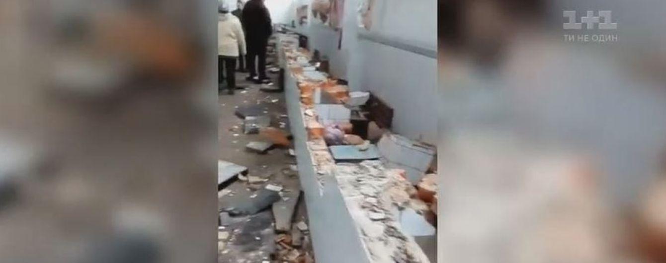 Молодики в балаклавах розтрощили прилавки м'ясного павільйона на базарі в Коростишеві