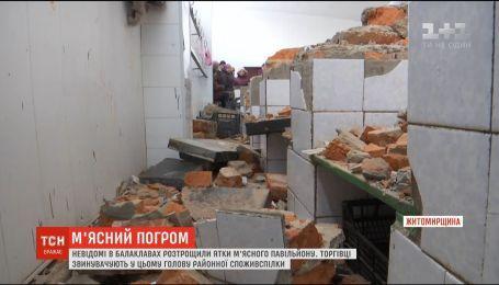 Неизвестные в балаклавах разбили мясной павильон в Коростышеве