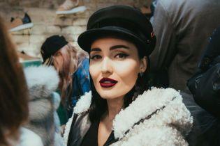 У білій шубі і стильній кепці: Анна Добриднєва на вечірці