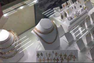 Контрабандисти нелегально завозили до України прикраси і продавали під іменем відомого бренду