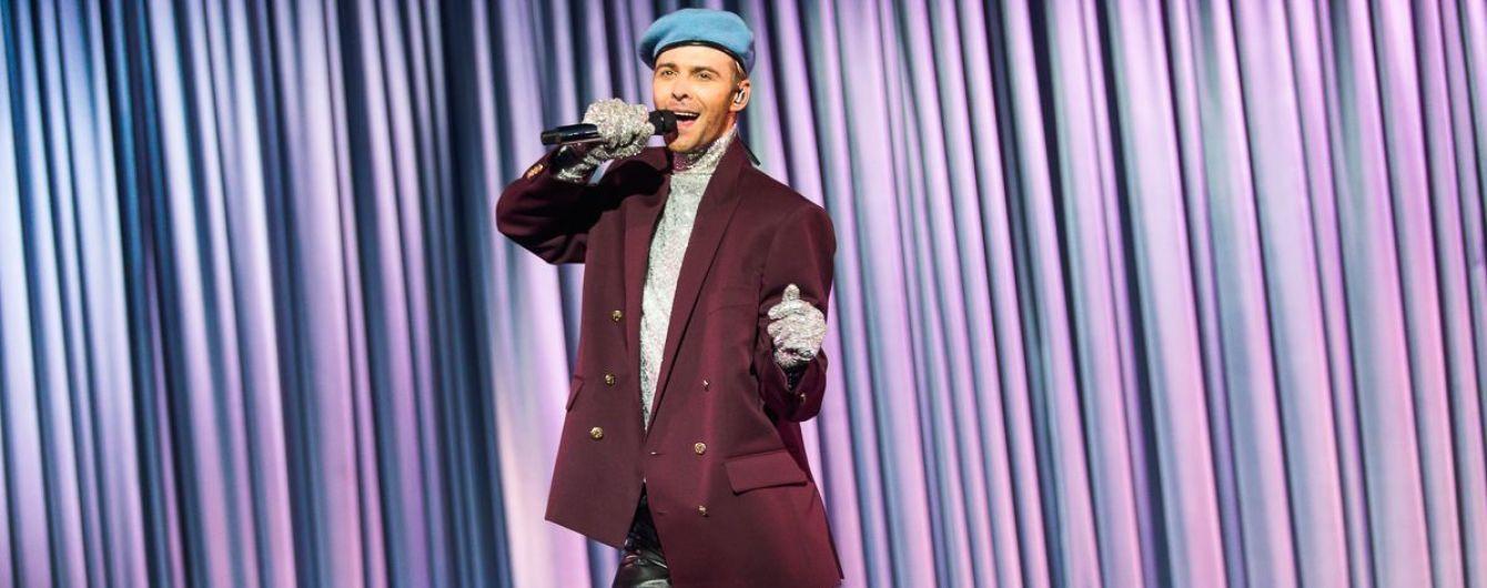 У блискучій водолазці і блакитному береті: Макс Барських у незвичайному образі представив нові пісні на шоу в Києві