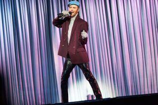 В блестящей водолазке и голубом берете: Макс Барских в необычном образе представил новые песни на шоу в Киеве