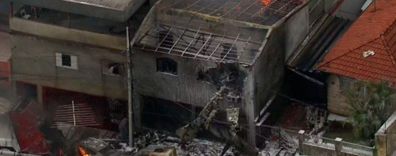 В Бразилии на жилые дома упал легкомоторный самолет
