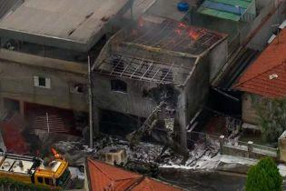 В Бразилії на житлові будинки впав легкомоторний літак