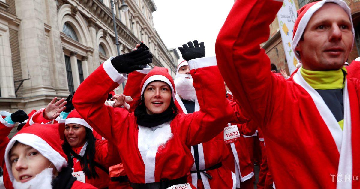 Люди бігали вулицями у чероних костюмах Санта-Клауса