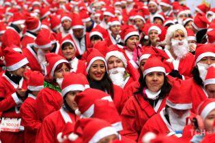 У Будапешті влаштували веселий та яскравий забіг Санта-Клаусів
