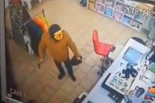 В Кривом Роге сотрудники магазина обезвредили грабителя в маске кота и с топором