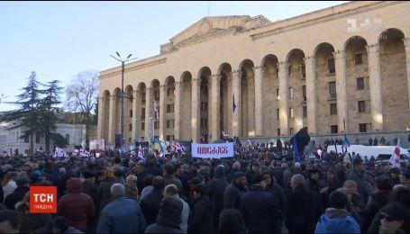 В центре Тбилиси тысячи людей протестуют с требованием отменить результаты президентских выборов