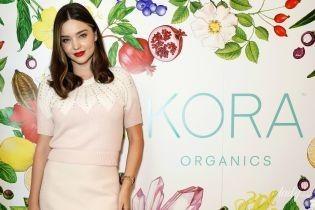 Не худая, но красивая: Миранда Керр в мини-платье приехала на открытие бутика