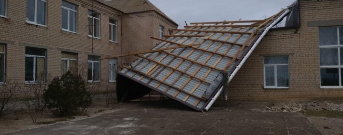 В Тернополе из-за бури на авто падают деревья, на людей - борды, а с домов - крыши