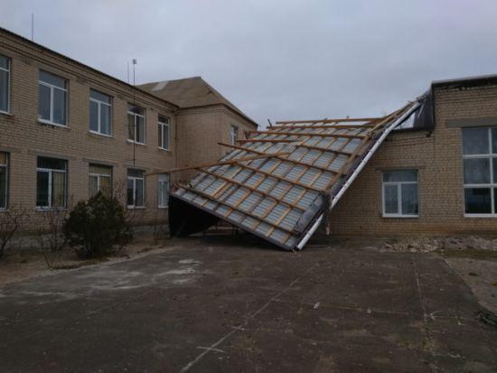 У Тернополі через бурю на авто падають дерева, на людей - борди, а з будинків - дахи