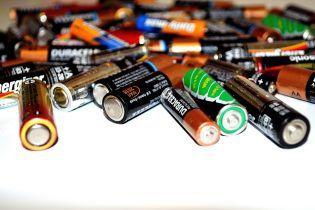 Ядовитый подвал: в Херсоне жители многоэтажки обнаружили тонны использованных батареек в своем доме