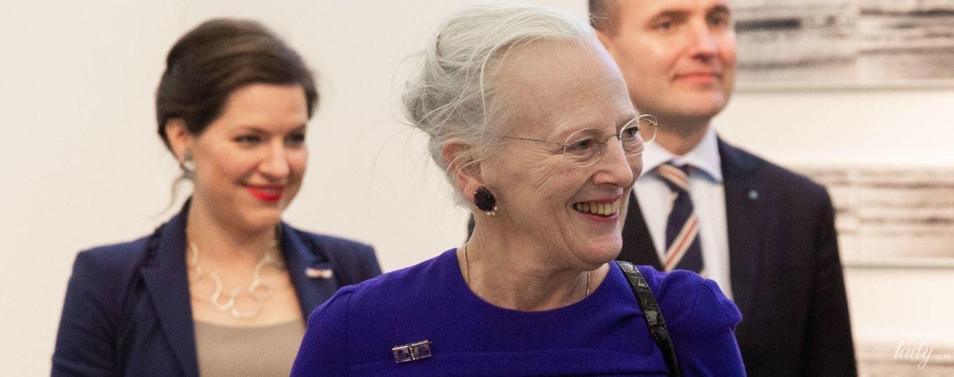 В шубе и синем платье: 78-летняя королева Маргрете II сходила в галерею