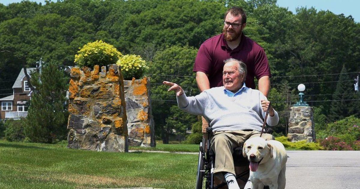 Саллі на прогулянці з Джорджем Бушес-старшим