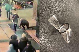 Камеры засняли, как мужчина сделал предложение руки и сердца любимой и уронил кольцо