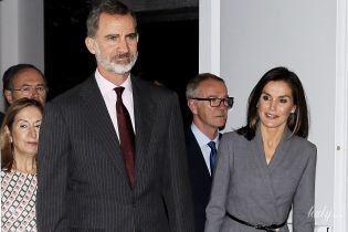 Дуже елегантна: королева Летиція з чоловіком сходила на виставку