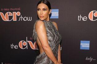 В блестящем макси-платье с голой спиной: Ким Кардашьян на Бродвее