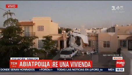На западе Мексики легкомоторный самолет пробил жилой дом