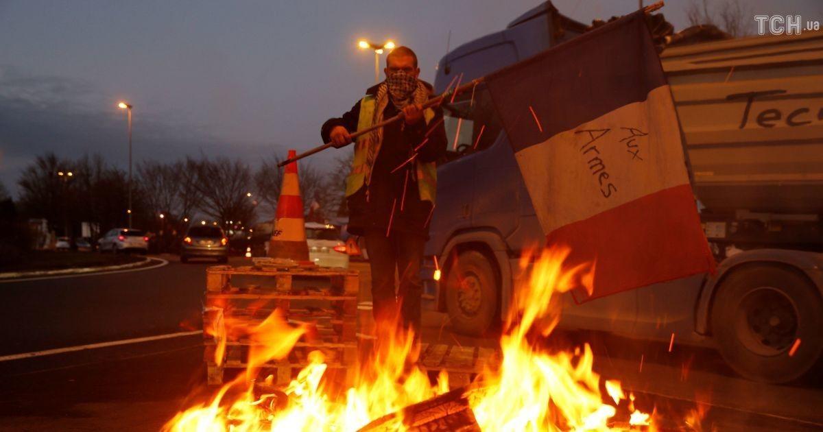 Протестувальники у Франції домоглися свого: влада країни відклала підвищення податку на пальне