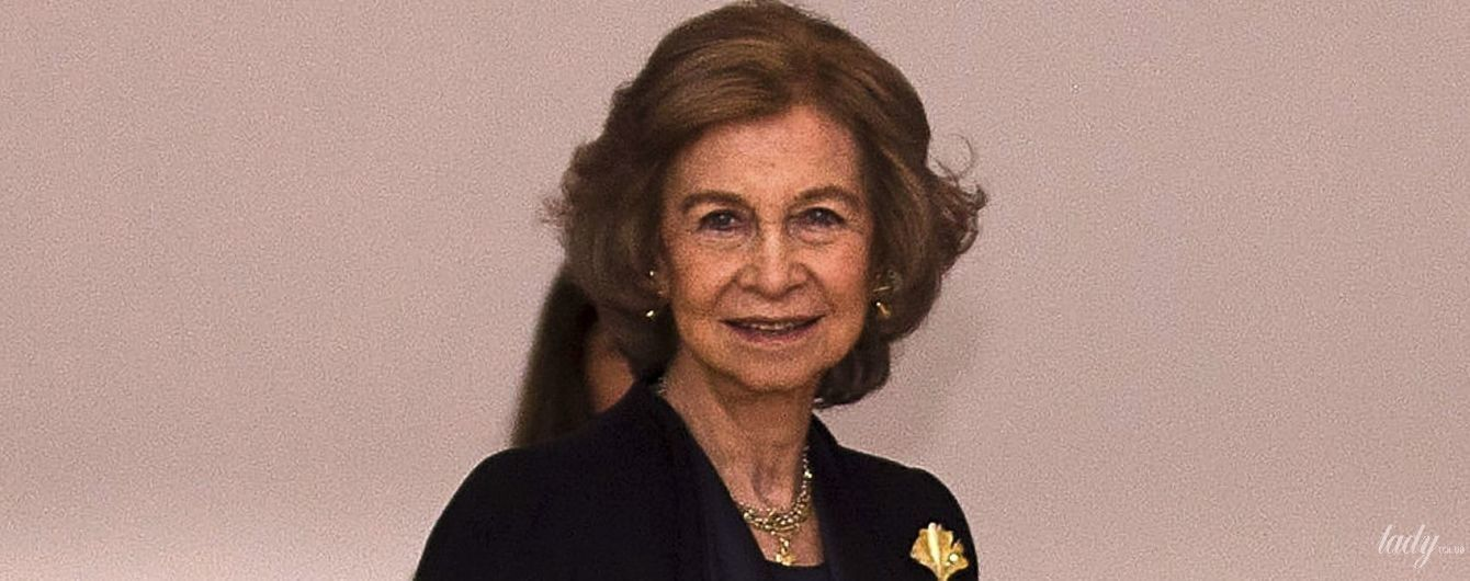 На высоких каблуках и в костюме: стильная 80-летняя королева София посетила выставку