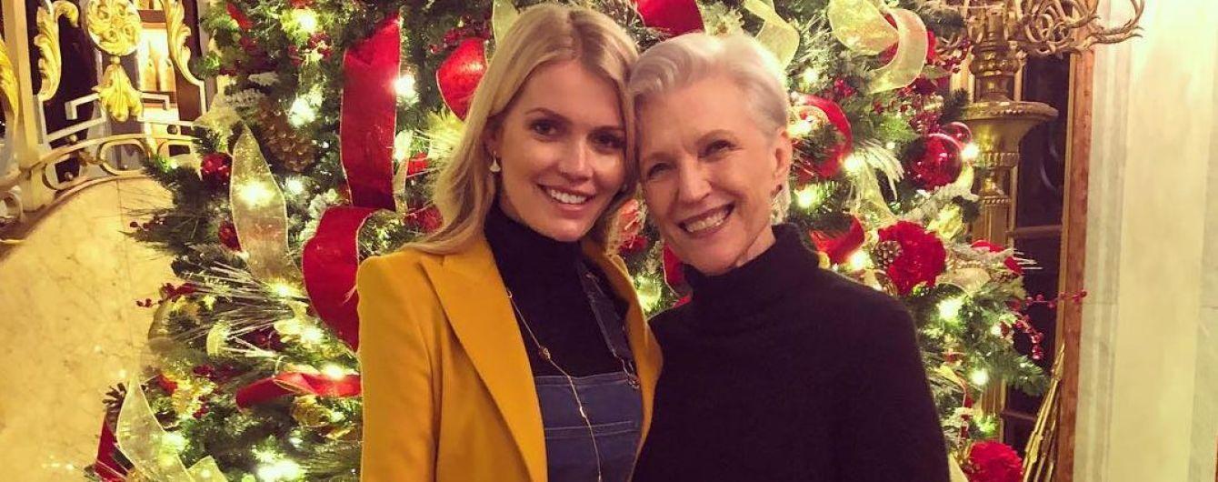 Стильна Кітті Спенсер і скромна Мей Маск позували біля різдвяної ялинки