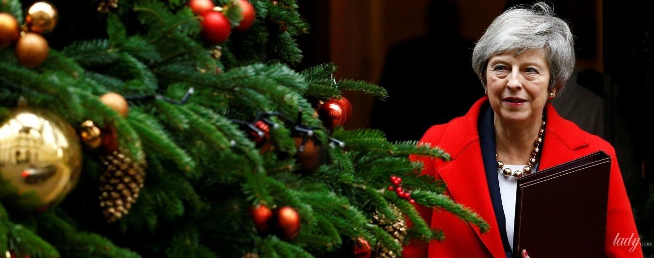 Праздник приближается: Тереза Мэй в красном пальто любовалась рождественской елкой