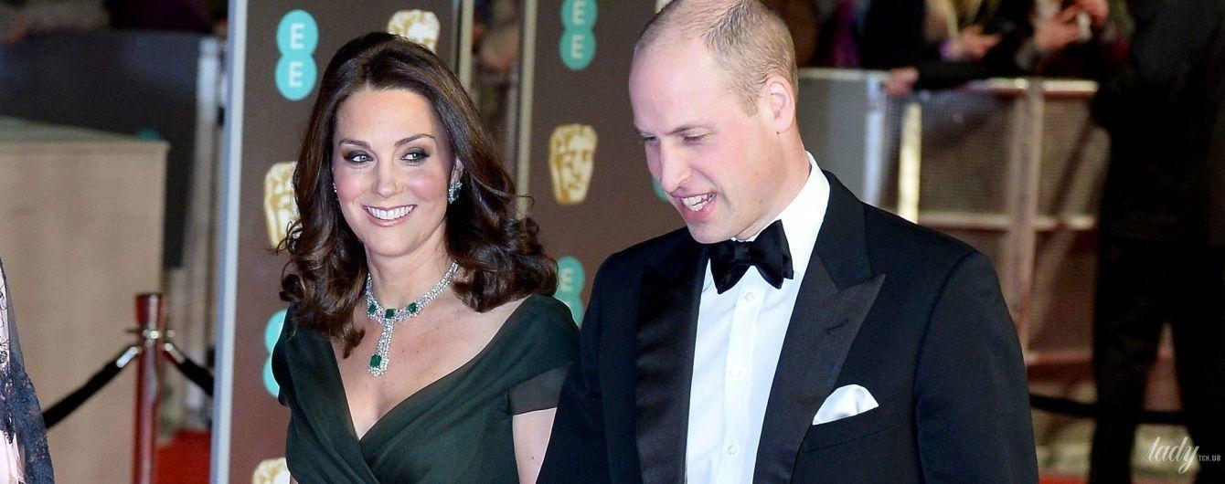 В нарядах с глубоким декольте: самые смелые королевские образы