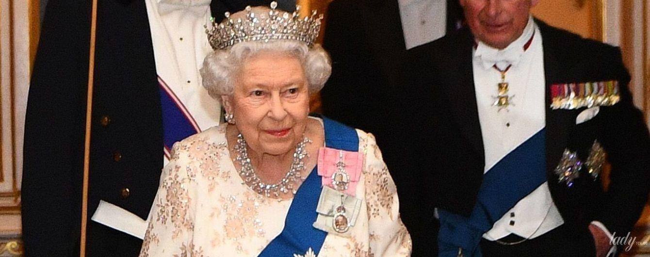 В роскошном наряде и короне: 92-летняя королева Елизавета II на дипломатическом приеме