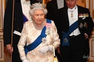 У розкішному вбранні і короні: 92-річна королева Єлизавета II на дипломатичному прийомі