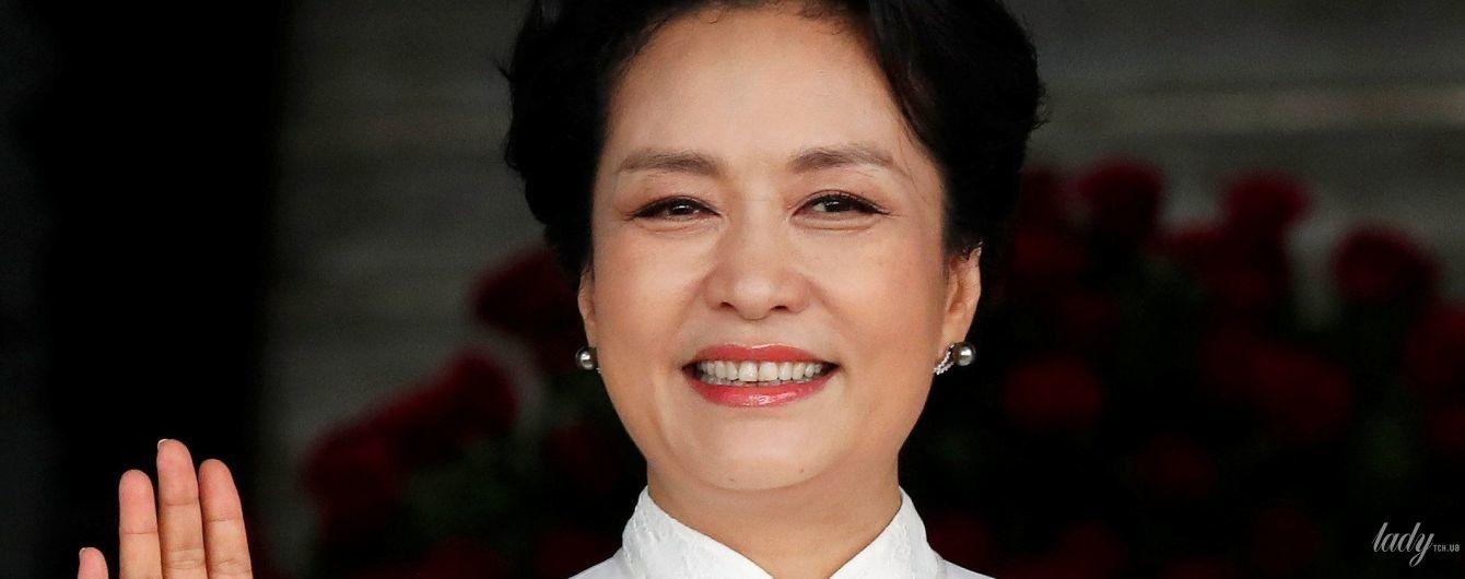 Біла сукня, вбрання з вирізом і пальто з вишивкою: три ефектних образи першої леді Китаю