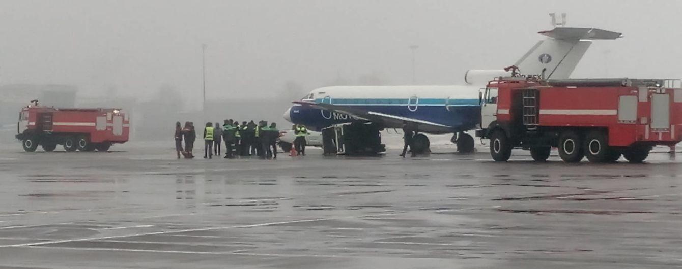"""В аеропорту """"Київ"""" літак зіткнувся з генератором"""