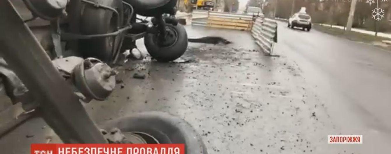 Фура провалилася під землю просто під час руху у Запоріжжі