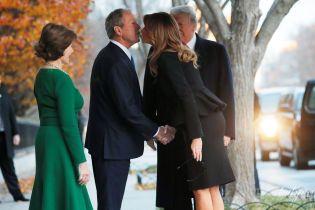 Элегантные дамы: Мелания Трамп в черном костюме, Лора Буш в изумрудном платье