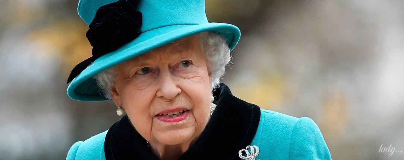 У бірюзовому пальті і з рожевою помадою: королева Єлизавета II повторила образ