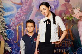 """MELOVIN з мамою та Катерина Кухар з родиною першими оцінили стрічку """"Лускунчик і чотири королівства"""""""