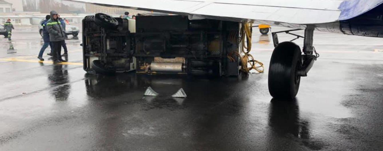 """Пассажиры самолета, который наехал на генератор в аэропорте """"Киев"""", вылетели с 5-часовым опозданием"""