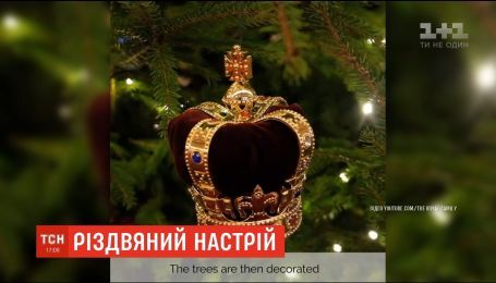 Іграшки у вигляді корон і карет: у Букінгемському палаці встановили живі ялинки