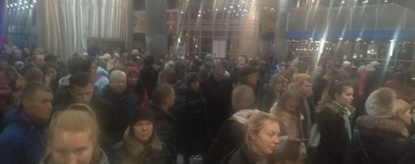 Квитковий ажіотаж. У Києві на залізничному вокзалі утворилися шалені черги з охочих поїхати на свята
