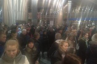 Билетный ажиотаж. В Киеве на ж/д вокзале образовались огромные очереди из желающих уехать на праздники
