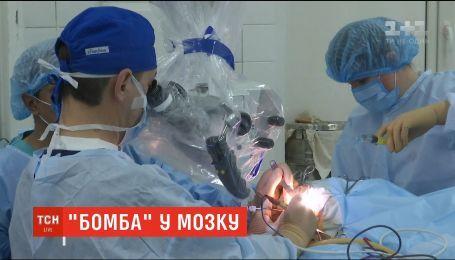 В Институте нейрохирургии врачи успешно прооперировали девушку с аномальным клубком сосудов в мозге