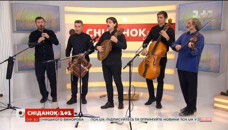 """У гостях """"Сніданку"""" музичний колектив """"Хорея Козацька"""" із музичним подарунком"""