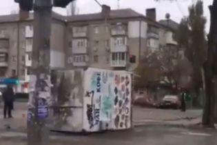 В Николаеве на оживленном перекрестке с грузовика упал киоск