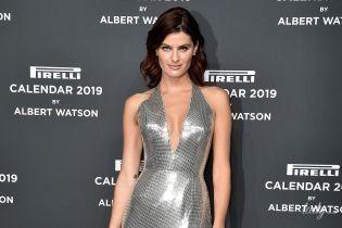 Блискучий вихід: Ізабелі Фонтана у відвертій сукні кольору металік сходила на вечірку