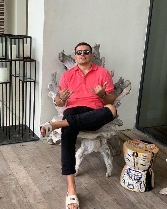 Усик у рожевих штанях енергійно станцював на пляжі Балі