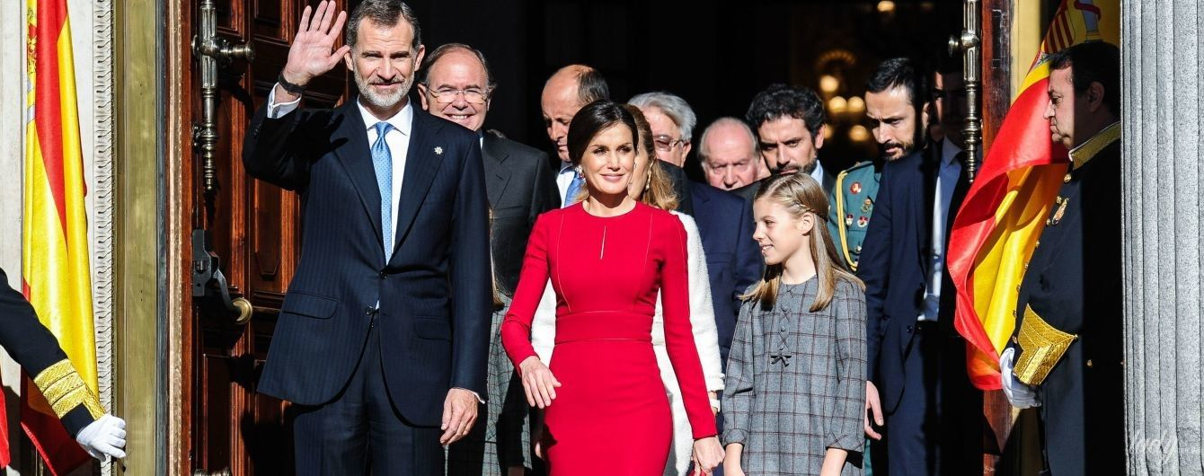 Красный ей к лицу: изящная королева Летиция с семьей на торжественном мероприятии