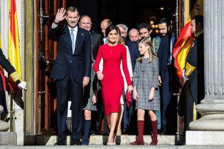 Червоний їй пасує: витончена королева Летиція з родиною на урочистому заході