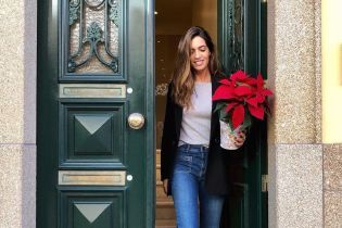 У джинсах, кедах і з бегонією: іспанка Сара Карбонеро показала свій повсякденний образ