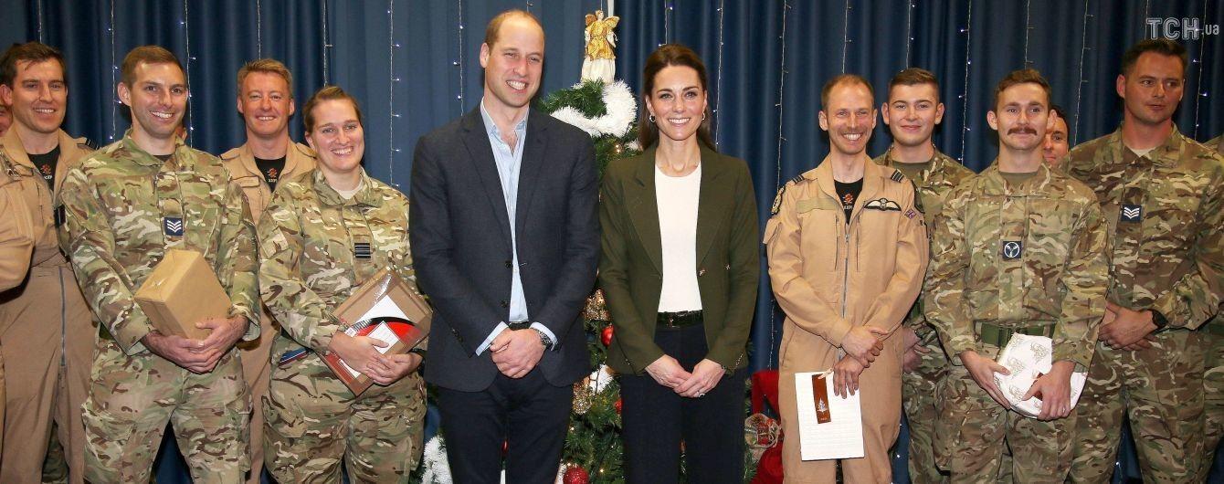 Принц Вільям покепкував з Кейт та порівняв її з ялинкою на очах у десятків військових